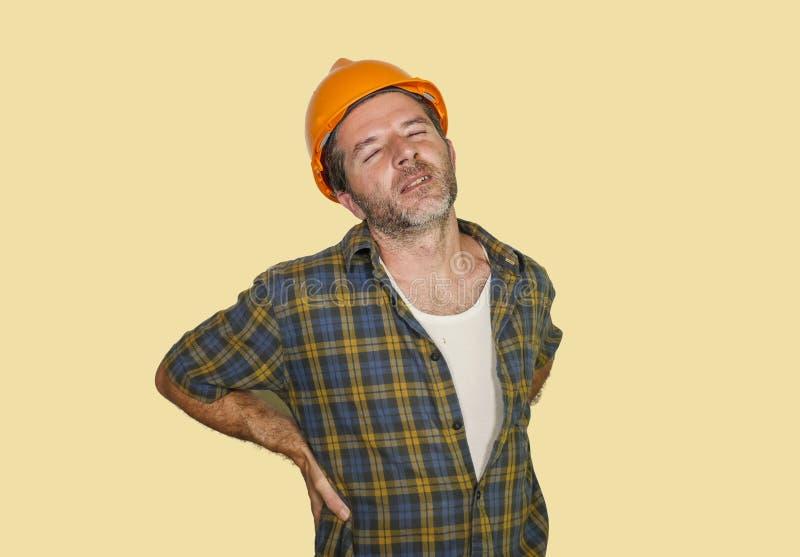 Douleur de souffrance plaignante de port épuisée de casque de constructeur de travailleur de la construction ou d'homme de répara photo stock