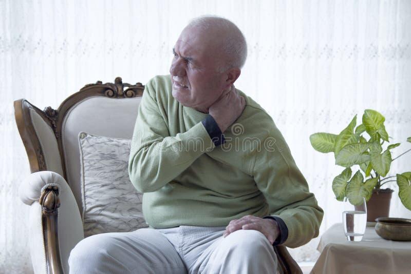 Douleur de vieil homme de douleur photo stock