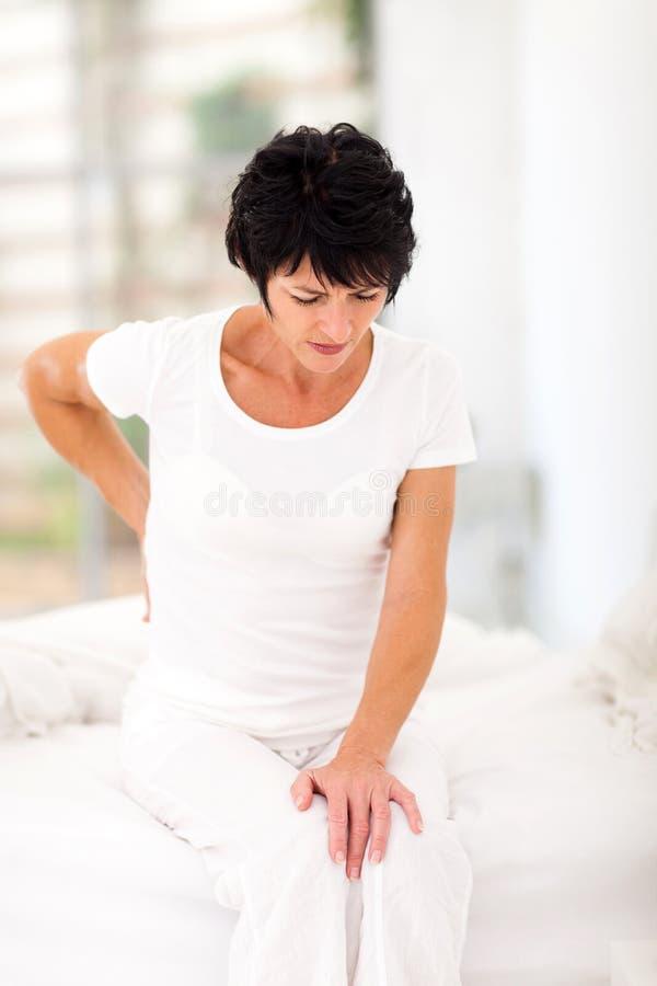 Douleur dorsale de femme image stock