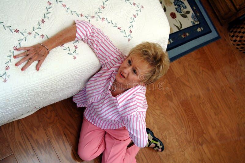 Douleur dorsale de femme aînée image libre de droits