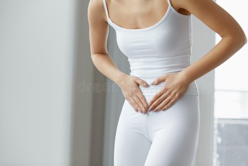 Douleur femelle Belle douleur abdominale de sentiment de corps de femme de plan rapproché photos stock