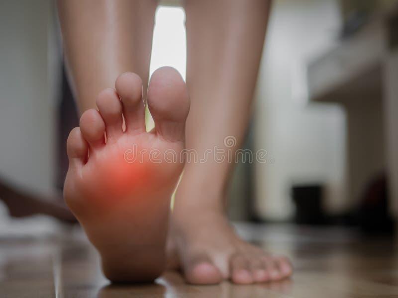 Douleur femelle de pied de plan rapproché, concept de soins de santé photos stock