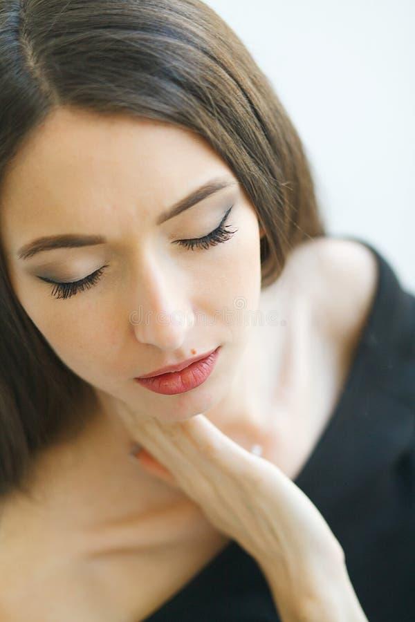douleur Femme d'affaires souffrant d'une douleur cervicale de mauvaise posture images stock