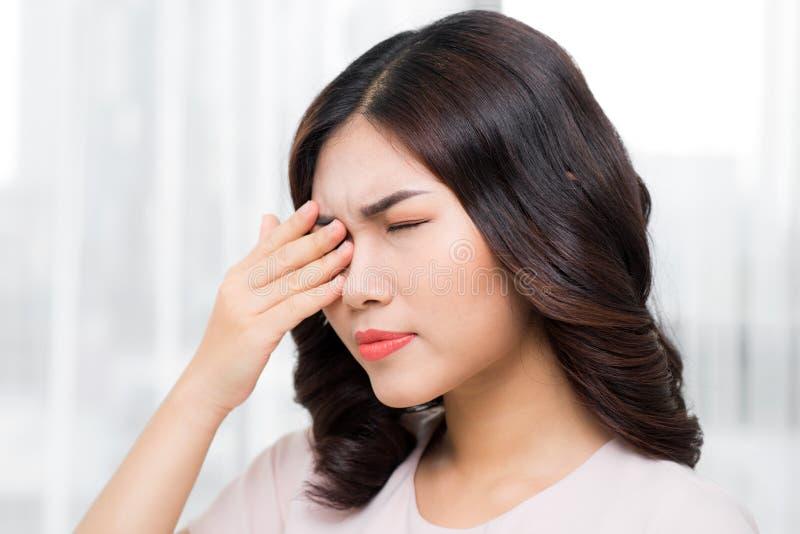 douleur Femme soumise à une contrainte épuisée fatiguée souffrant de l'oeil fort P images libres de droits