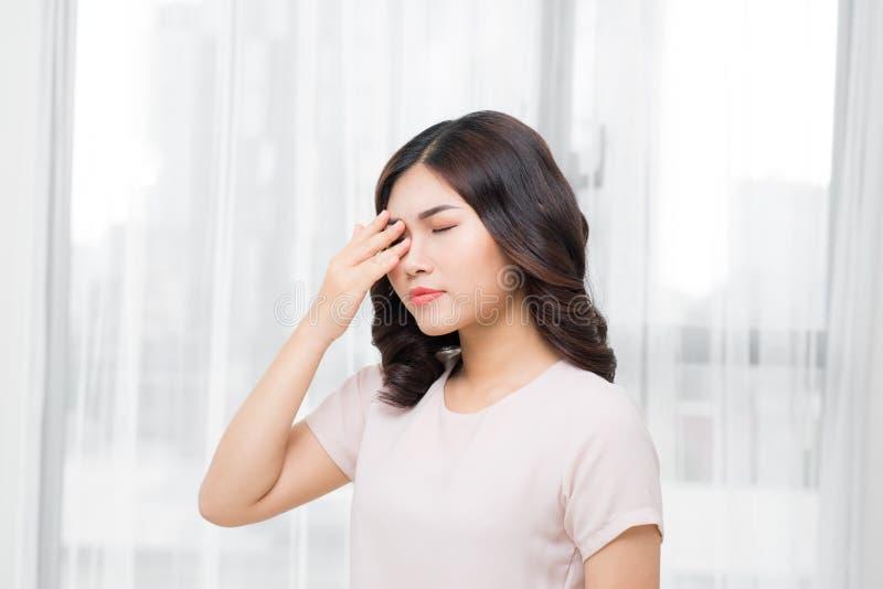 douleur Femme soumise à une contrainte épuisée fatiguée souffrant de l'oeil fort P photographie stock