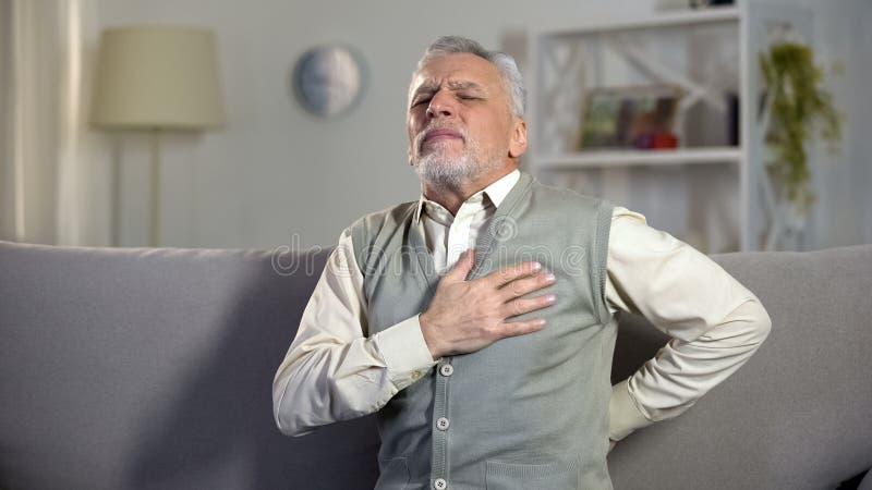 Douleur pointue de sentiment d'homme d'aîné dans le coffre et le dos, risque de crise cardiaque, cardiologie photos stock