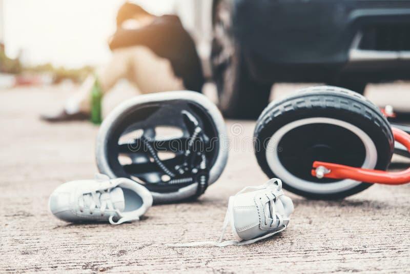 Douleur soumise ? une contrainte d'homme apr?s accident de voiture d'accidents avec la bicyclette des enfants photo libre de droits