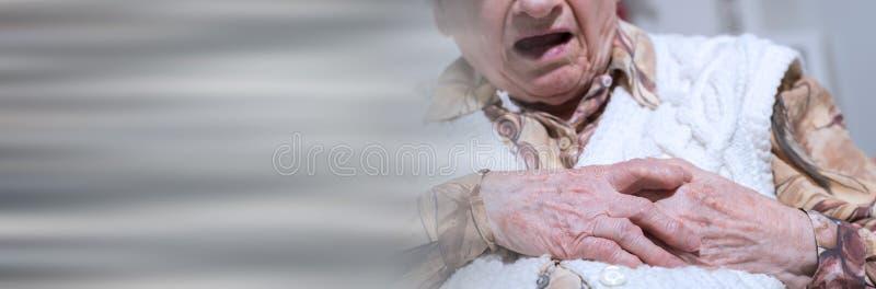 Douleur supérieure de femme de crise cardiaque ; bannière panoramique images libres de droits