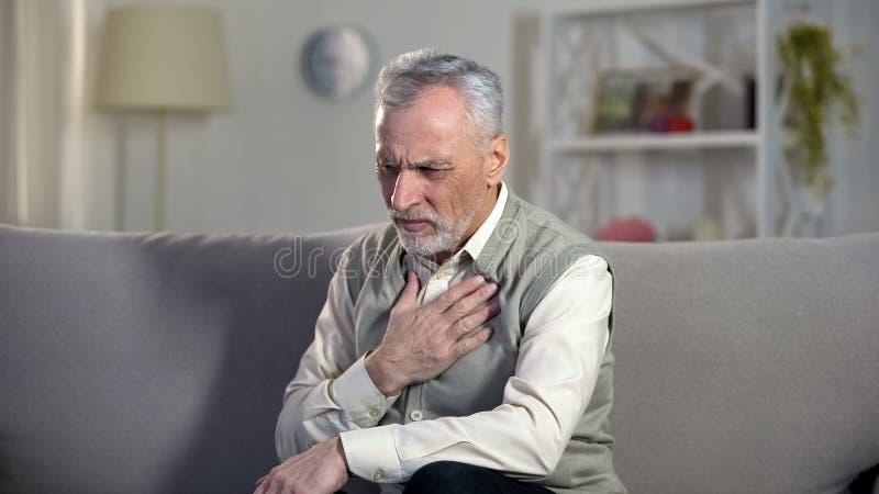 Douleur thoracique de souffrance de retraité, crise cardiaque, problèmes avec la respiration, asthme image stock