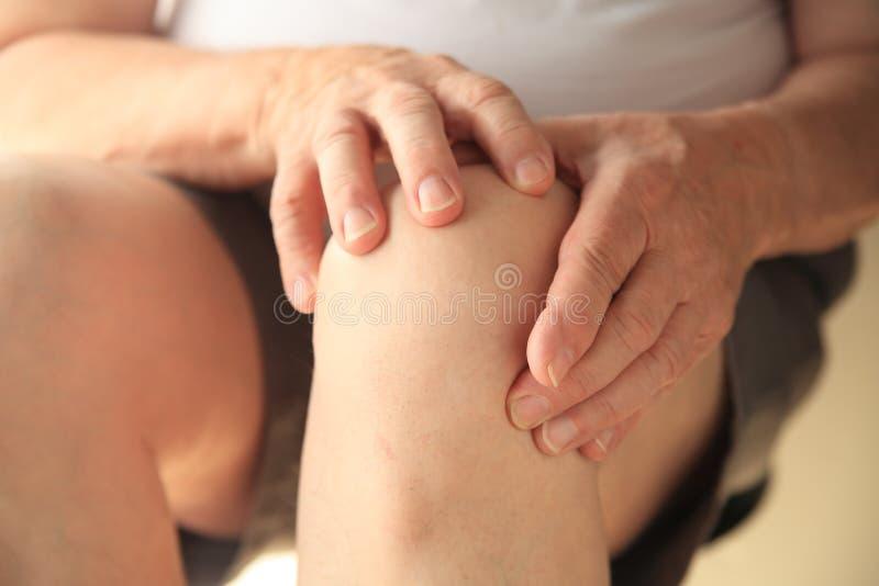 Douleurs articulaires de genou sur l'homme supérieur photos libres de droits