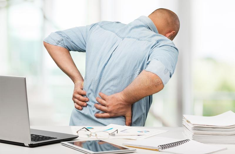 Douleurs de dos dans le bureau images libres de droits