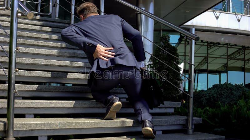 Douleurs de dos de souffrance de directeur de bureau, désordre spinal, racines nerveuses comprimées photographie stock