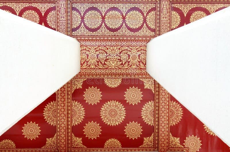Dourado no papel de parede tailandês vermelho da pintura fotografia de stock