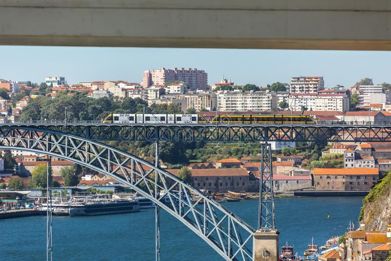 douro ι δ γεφυρών όψη ποταμών του Οπόρτο Πορτογαλία luis Γέφυρα του Luis, με δύο υπογείους που διασχίζουν στην κορυφή, τον ποταμό στοκ εικόνες