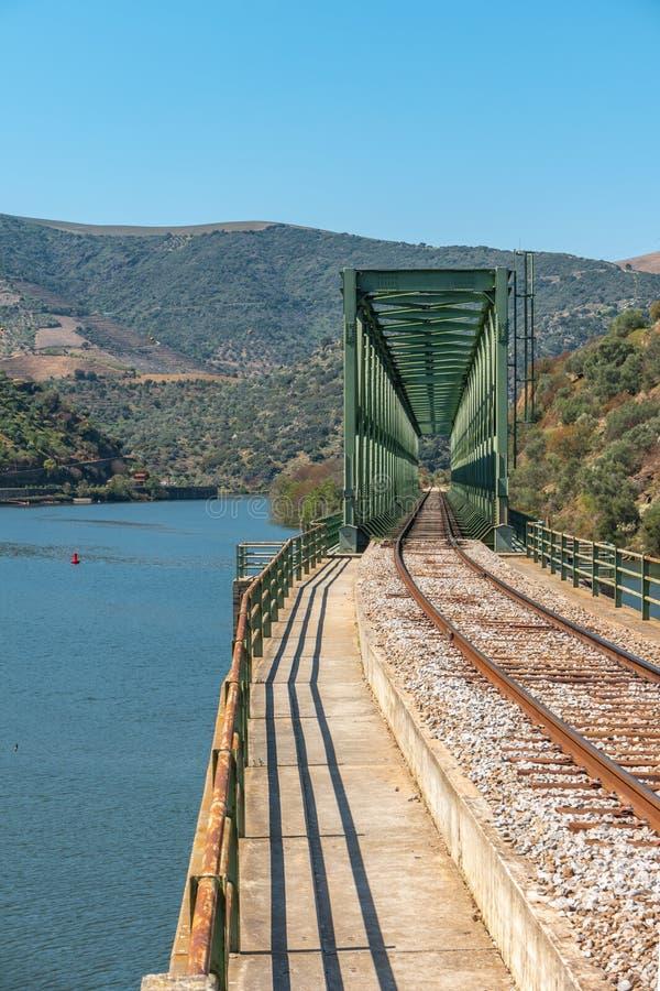 Douro dalsikt nära den Ferradosa bron på Sao Xisto som lokaliseras i Dal de Figueira, Sao Joao da Pesqueira Municipality, royaltyfria foton
