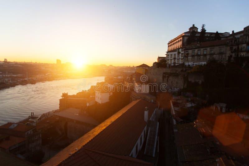 Dourorivier en Ribeira bij verbazende zonsondergang, Porto, Portugal Reis stock afbeeldingen