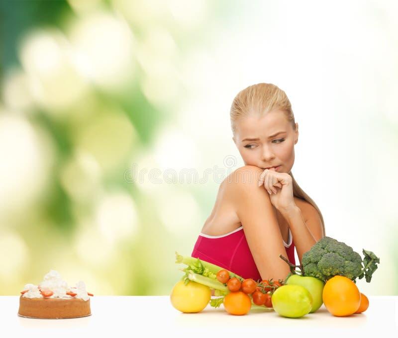 Douter de la femme avec les fruits et le tarte photos libres de droits