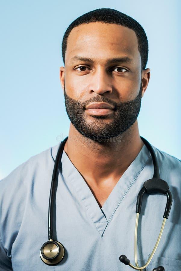Doutor afro-americano esgotado Portrait imagens de stock