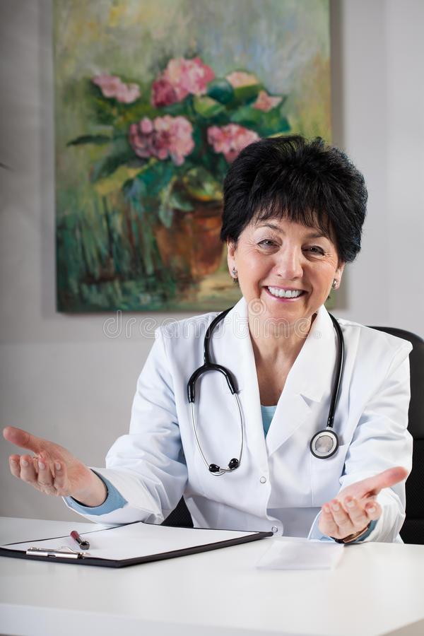 Doutor amigável na cirurgia imagens de stock