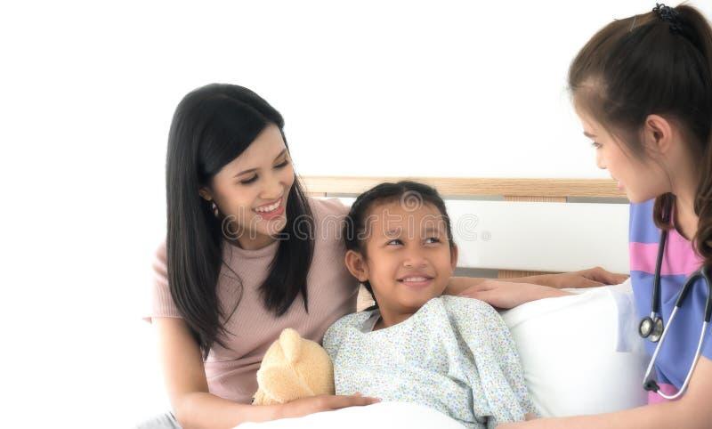 Doutor asiático que fala à jovem criança e à mãe foto de stock royalty free