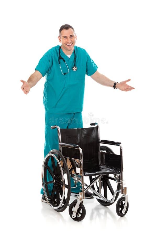 Doutor: Cadeira de rodas provisória de With A do médico imagem de stock