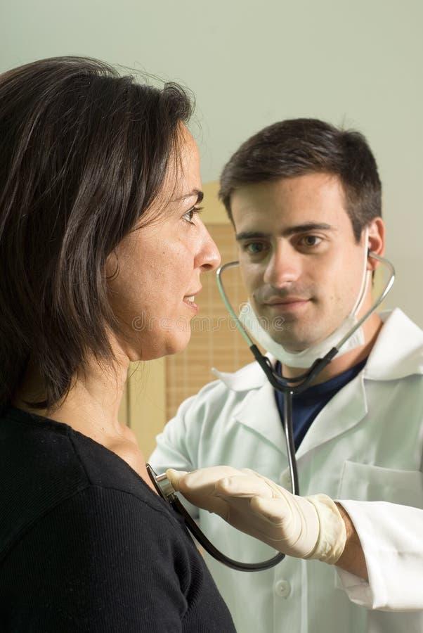 Doutor Checking Pulso - vertical foto de stock