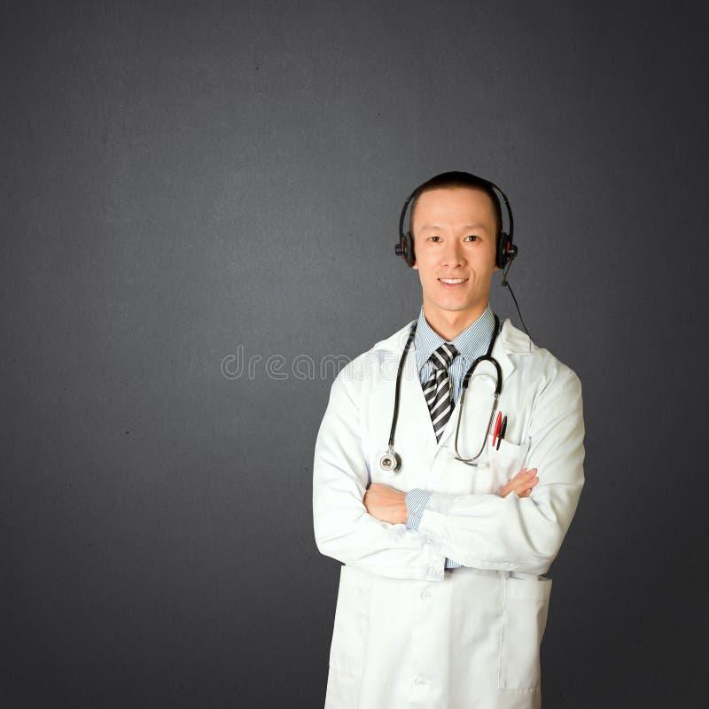 Doutor com auscultadores imagem de stock royalty free