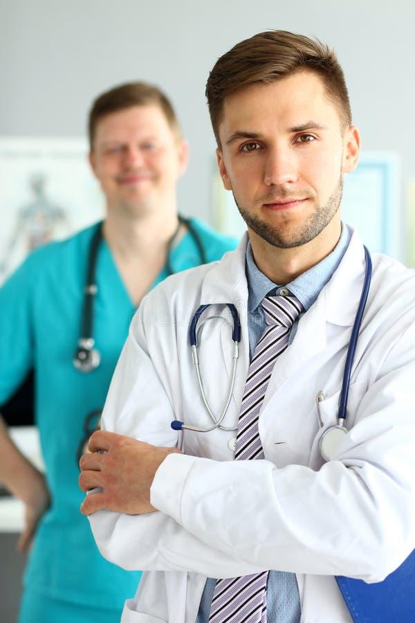 Doutor com bra?os cruzados foto de stock
