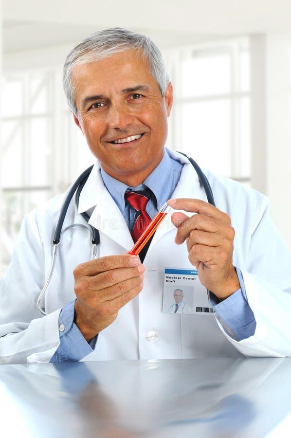 Doutor com a câmara de ar de teste na clínica fotografia de stock royalty free