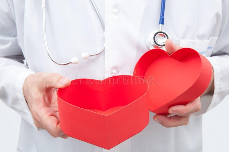 Doutor com caixa de presente fotografia de stock royalty free