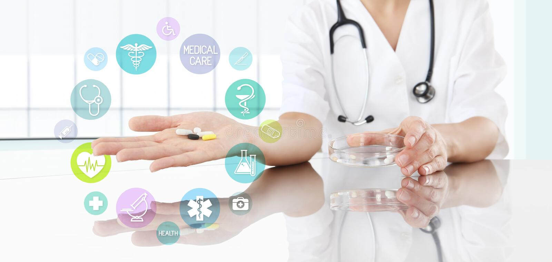 Doutor com comprimidos à disposição e ícones coloridos Conceito dos cuidados médicos fotografia de stock royalty free