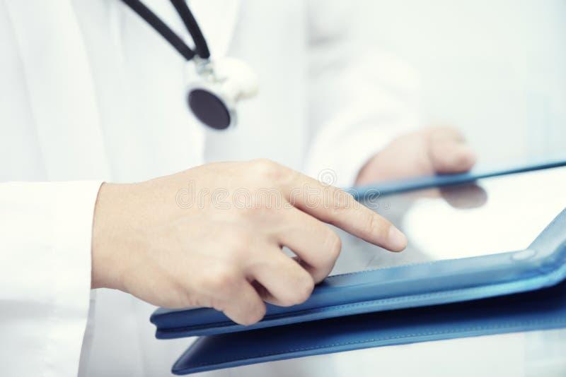 Doutor com computador da tabuleta imagem de stock royalty free