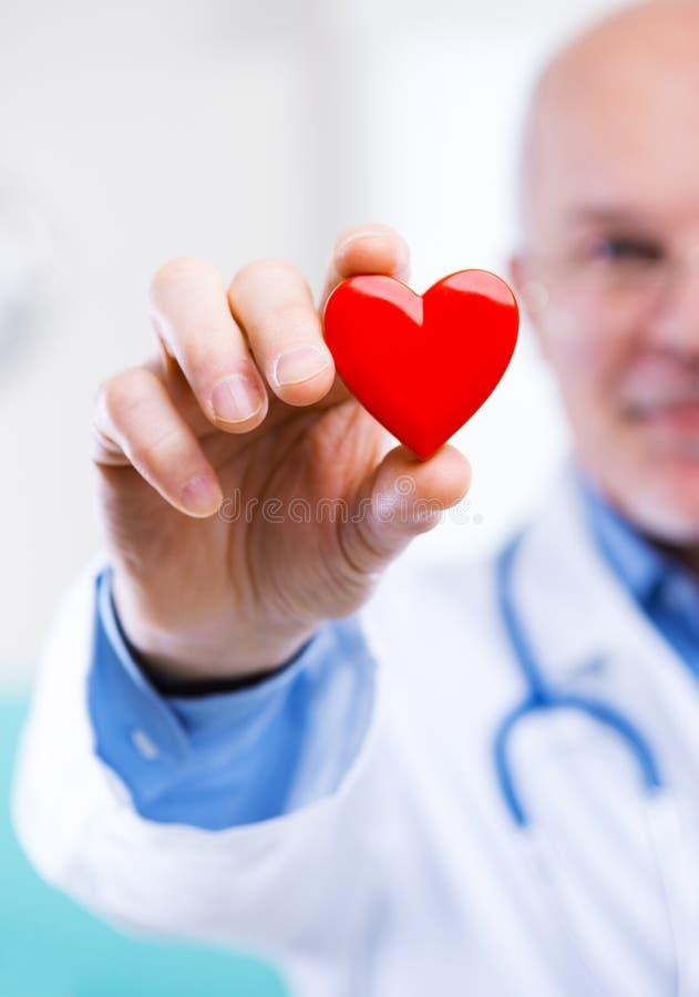 Doutor com coração fotos de stock
