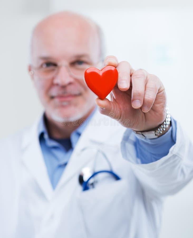 Doutor com coração imagem de stock