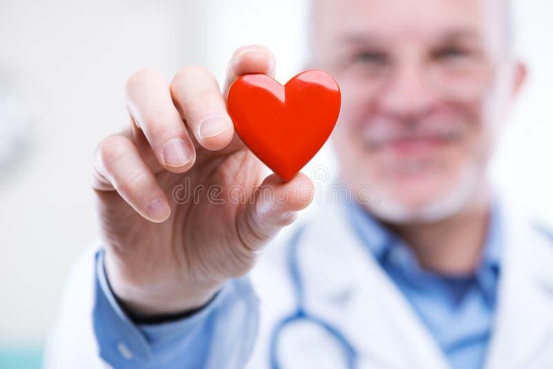 Doutor com coração imagens de stock