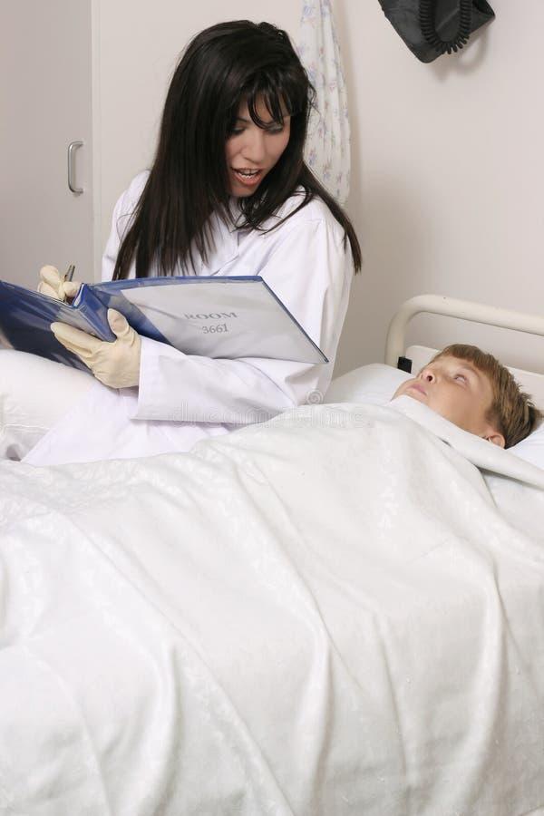 Doutor com criança fotografia de stock royalty free
