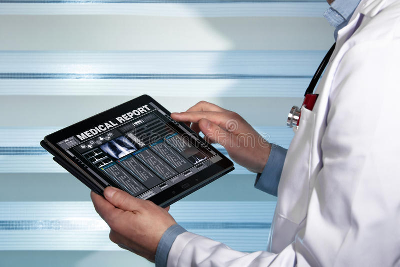 Doutor com dados da tabuleta que consulta um relatório médico de um paciente fotos de stock royalty free