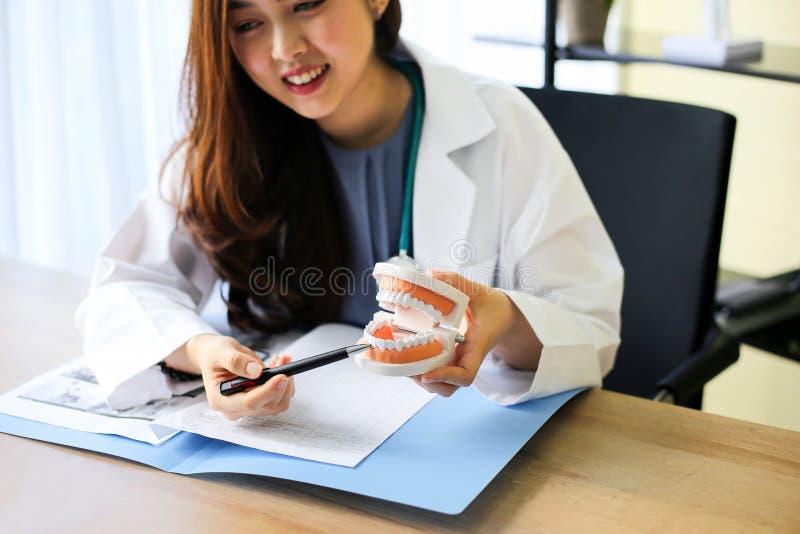 Doutor com equipamento vermelho do coração e dos cuidados médicos, dentes e boca imagem de stock