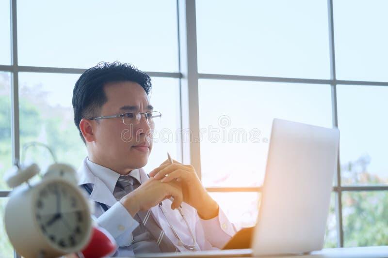 Doutor com escrita de trabalho do estetoscópio no documento com clipbo fotografia de stock royalty free