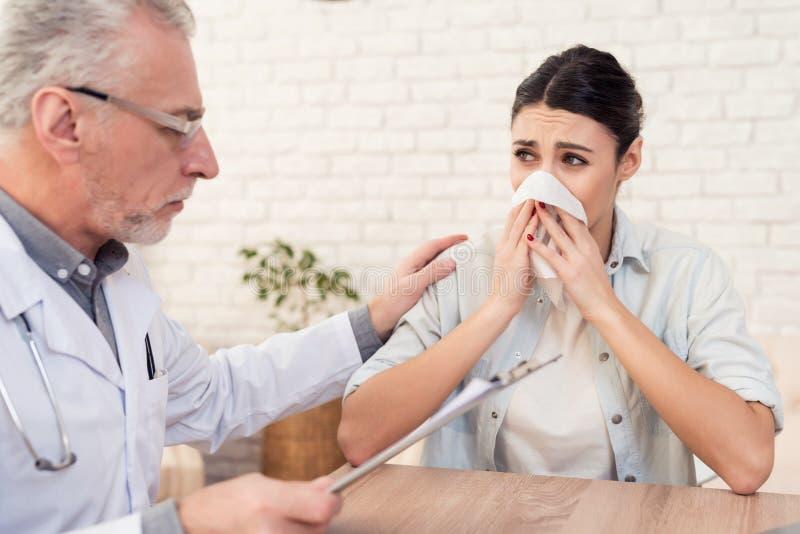 Doutor com estetoscópio e o paciente fêmea no escritório O doutor é mulher de consolação fotos de stock