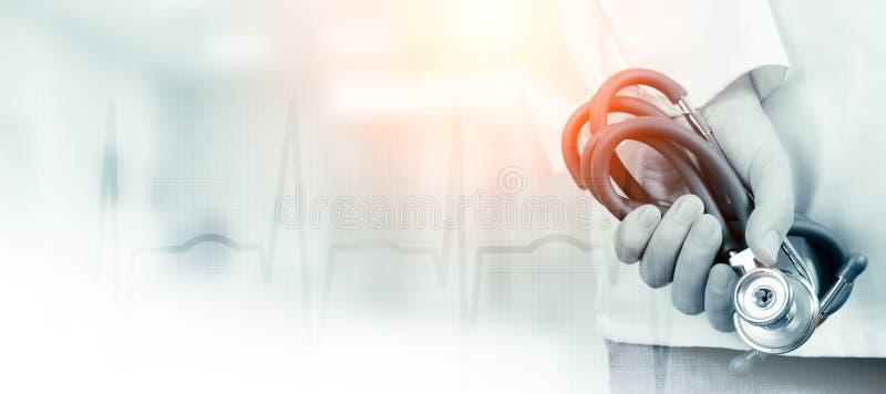 Doutor com estetoscópio em um hospital imagens de stock royalty free