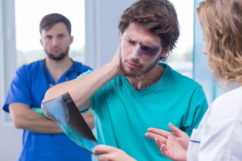 Doutor com imagem do raio X fotografia de stock royalty free