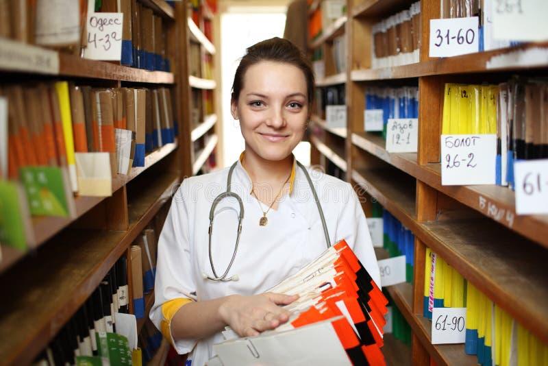 Doutor com informes médicos imagem de stock royalty free