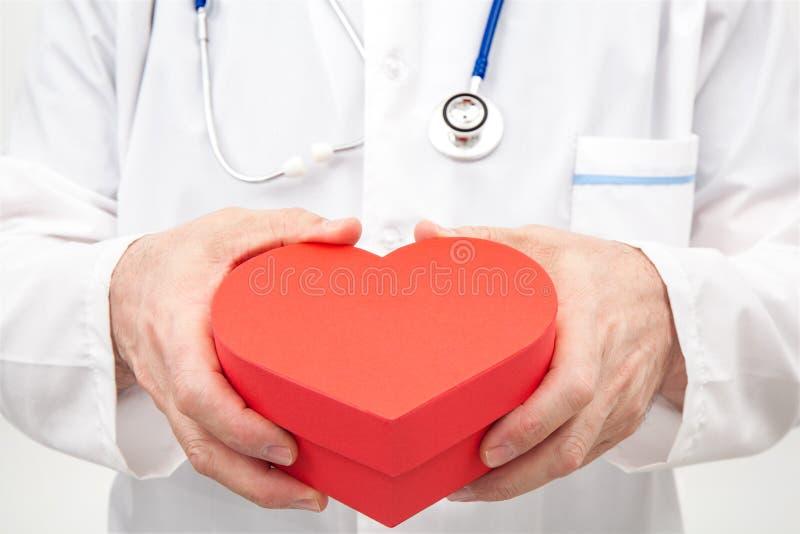 Doutor com o coração vermelho da caixa de presente dado forma imagem de stock royalty free