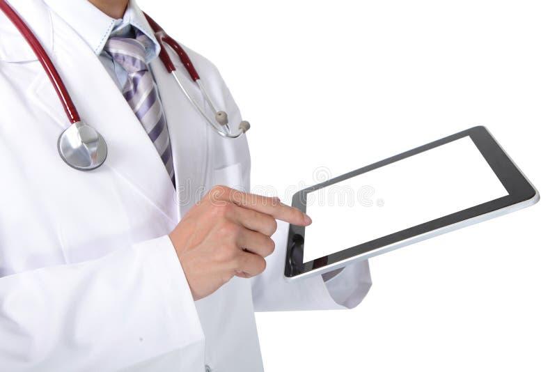 Doutor com o estetoscópio que mostra o PC vazio da tabuleta foto de stock royalty free