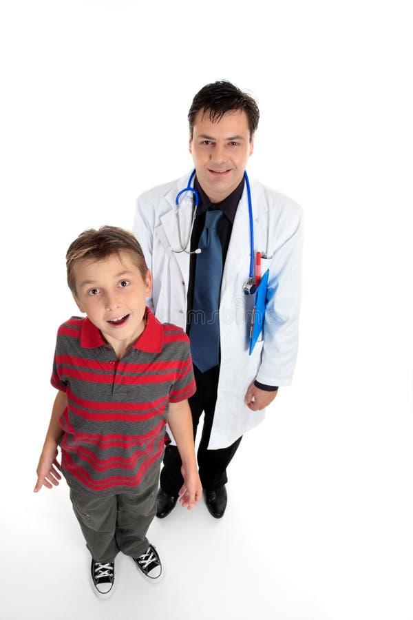 Doutor com paciente da criança fotografia de stock