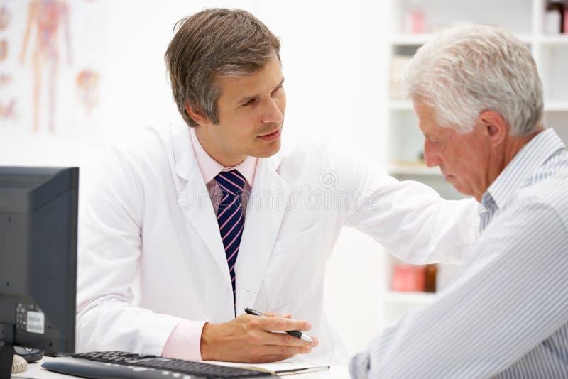 Doutor com paciente sênior foto de stock royalty free