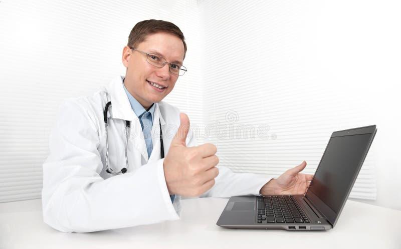 Doutor com portátil fotos de stock royalty free