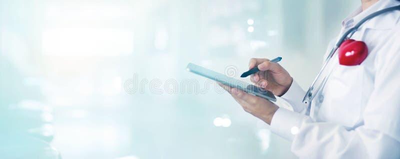 Doutor com rede de informação médica tocante do estetoscópio imagens de stock royalty free
