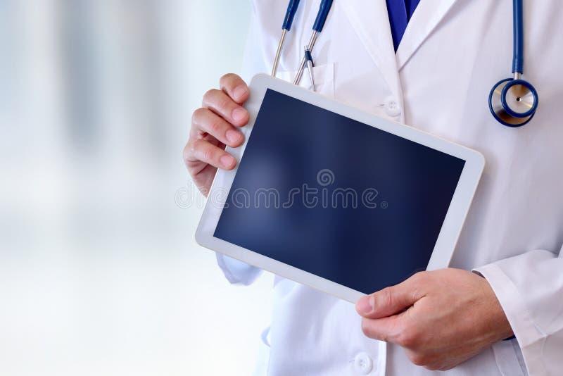 Doutor com saúde da tabuleta e conceito da tecnologia fotos de stock royalty free
